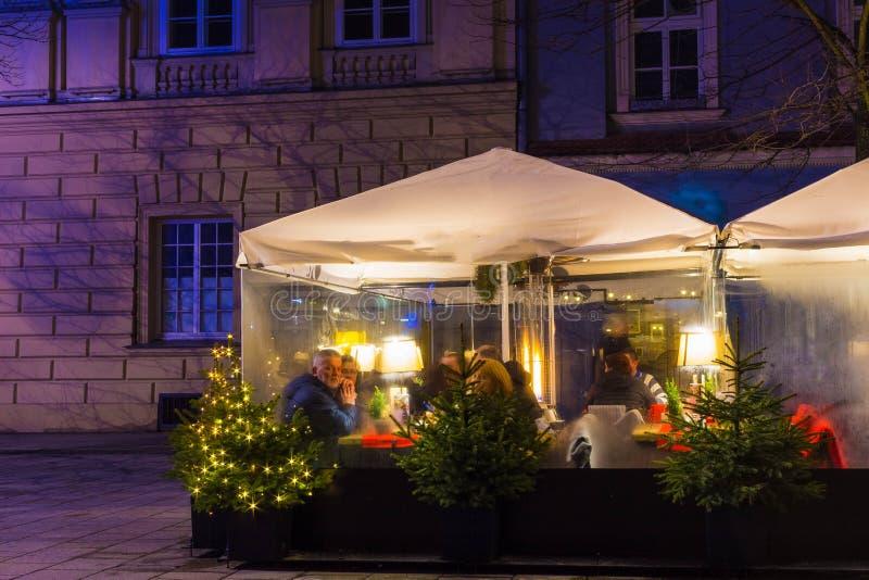 Kraków, Polonia - 29 de diciembre de 2017: tablas del restaurante en la plaza del mercado principal de la ciudad de Kraków Más de foto de archivo