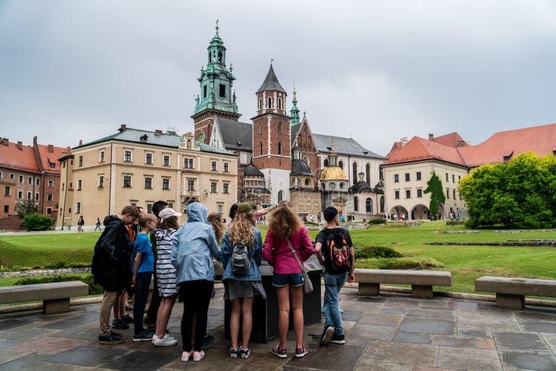 Kraków/Polonia - 23 de junio de 2019: un grupo de niños que visitan Wawel fotos de archivo libres de regalías
