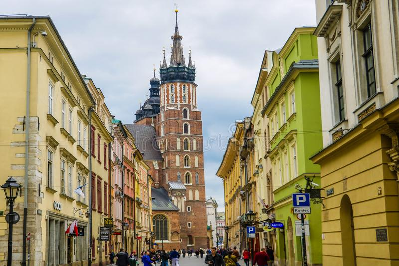 Kraków, Polonia - 21 de mayo de 2019: Conjunto hermoso de plaza del mercado principal con sus señales medievales foto de archivo