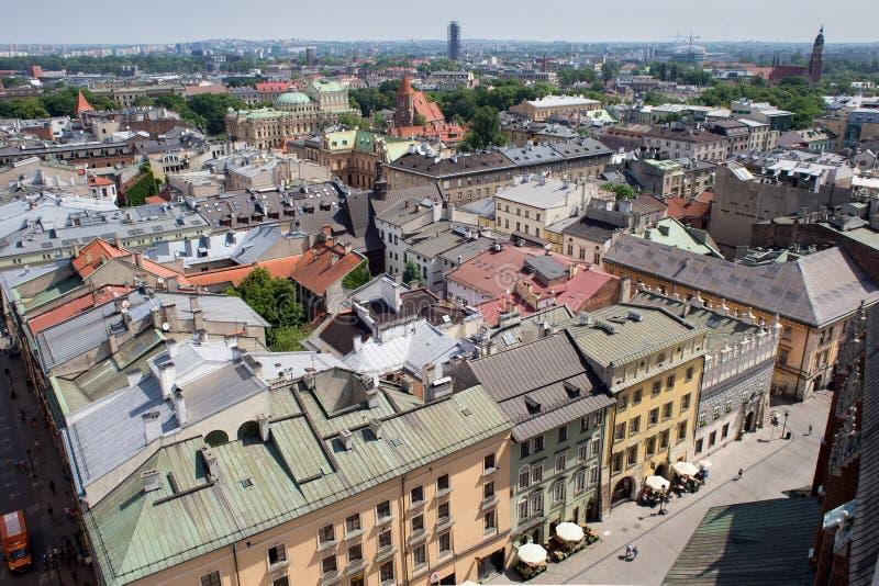 KRAKÓW, POLONIA - 29 DE MAYO DE 2016: Vista aérea de los tejados de casas en la parte histórica del noreste de Kraków polonia fotos de archivo libres de regalías