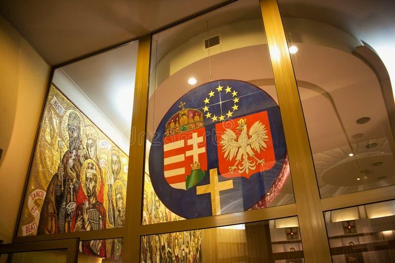 KRAKÓW, POLONIA - 28 DE MAYO DE 2016: Escudos de armas de Hungría y de Polonia en la basílica de la misericordia divina del santu foto de archivo
