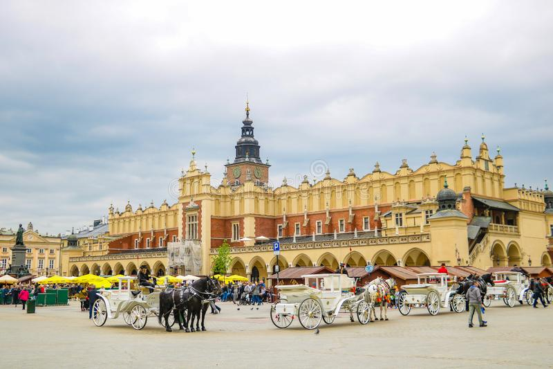 Kraków, Polonia - 21 de mayo de 2019: Plaza principal en Kraków, Polonia Krak?w es una ciudad vieja hist?rica con muchos monument foto de archivo libre de regalías