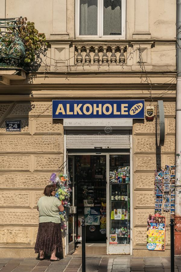 Kraków, Polonia - 21 de septiembre de 2019: 24 horas de colmado cerca del castillo de Wawel venden recuerdos y el alcohol imagen de archivo