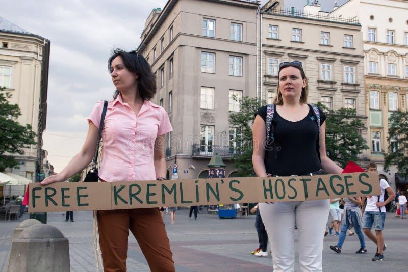Kraków, Polonia, el 1 de junio de 2018, dos mujeres con un protestin del cartel imagen de archivo