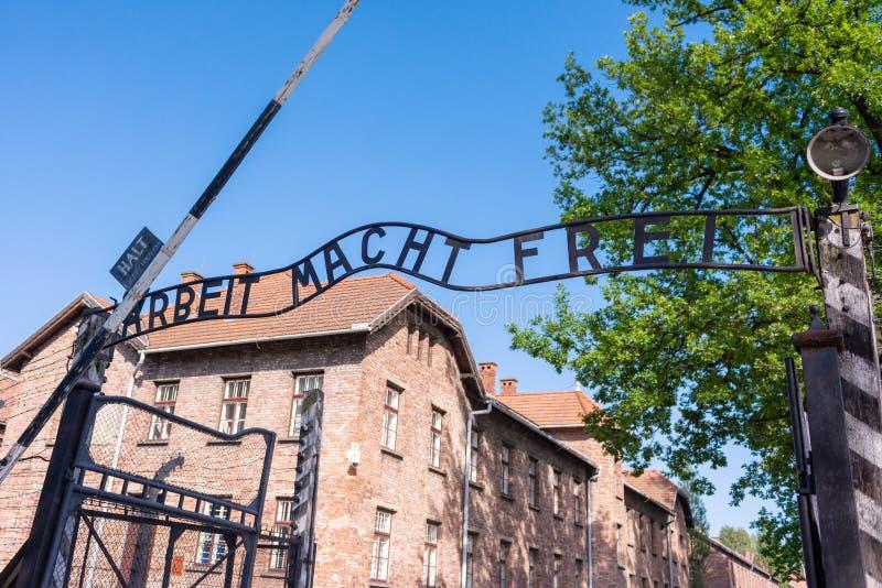 KRAKÓW, POLONIA - JUNIO DE 2017: Una entrada al campo de concentración de auschwitz con macht Frei de Arbeit de la muestra infame fotos de archivo libres de regalías