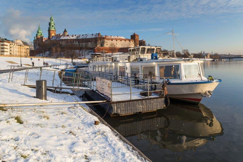 Kraków, Polonia, orilla del río de la forma de la opinión del castillo de Wawel foto de archivo libre de regalías