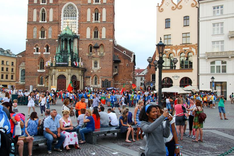 KRAKÓW, POLONIA - 2016: Plaza principal de Kraków, muchedumbre de gente, imágenes de archivo libres de regalías