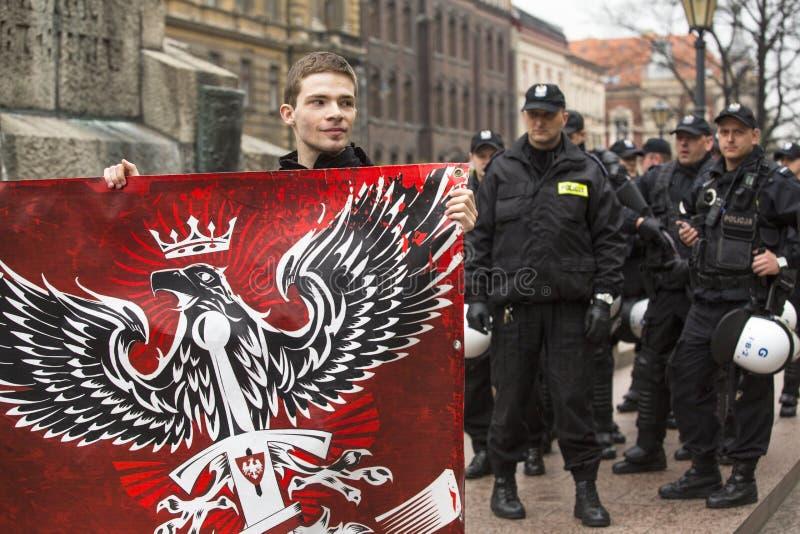 KRAKÓW, POLONIA - procesión Katyn de los participantes IV en memoria de asesinado todo en abril de 1940 fotografía de archivo