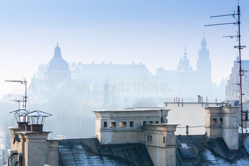 Krak?w en el tiempo de la Navidad, opini?n a?rea sobre los tejados nevosos en la parte central de la ciudad Castillo de Wawel y l fotos de archivo