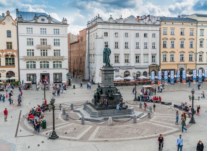 Krakau στις 21 Αυγούστου 2017: Τουρίστες που περνούν την πηγή σε Rynek στοκ εικόνες