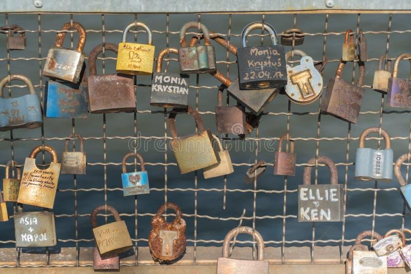 Krakau 2017年8月22日:几把锁附有a的边 免版税库存照片