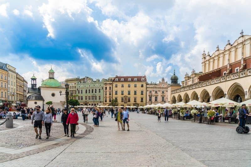 Krakau am 21. August 2017: Touristen, die auf das 'Ã Rynek GÅ ³ wny gehen stockbild