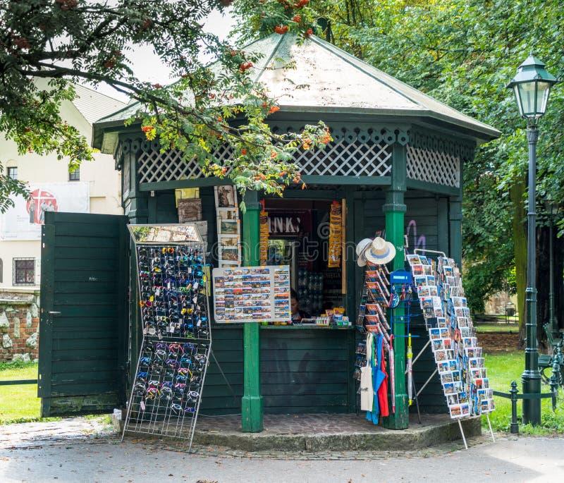 Krakau am 21. August 2017: Verkäuferwartekunden bei einem Kio lizenzfreie stockbilder