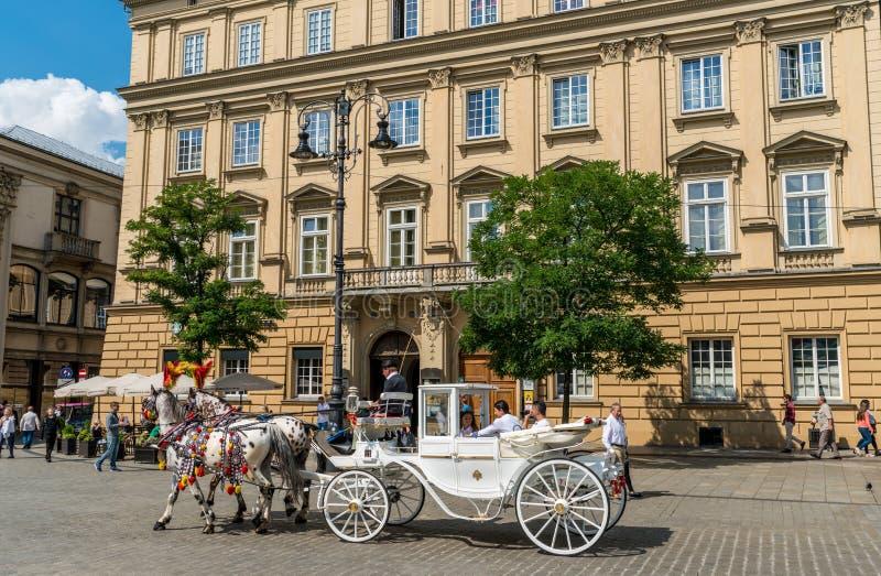 Krakau 21 Augustus 2017: paard en vervoer die toerist vervoeren stock foto's