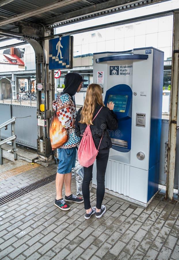 Krakau 20 Augustus 2017: Toeristen die openbaar vervoer krijgen ticke royalty-vrije stock afbeeldingen