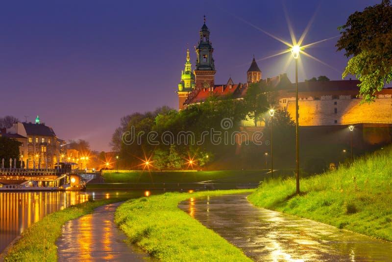 krakau De voorgevel van het beroemde Wawel-Kasteel in nachtverlichting stock fotografie