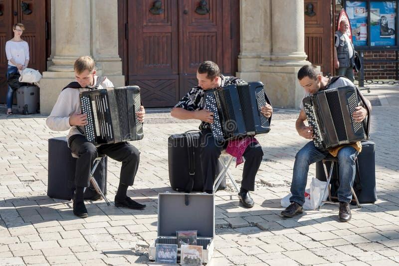 KRAKAU, POLAND/EUROPE - 19 SEPTEMBER: Drie mensen die accordi spelen royalty-vrije stock foto's