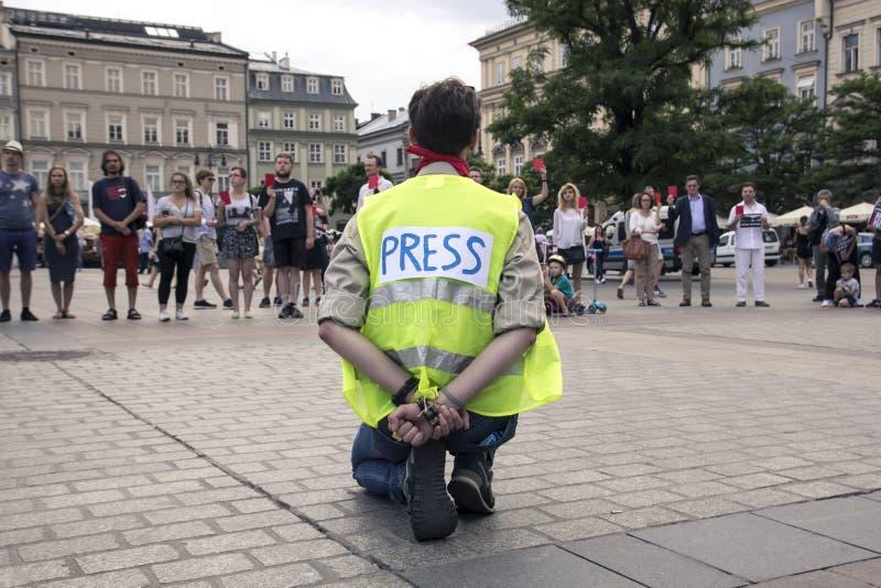 Krakau, Polen am 1. Juni 2018 einsamer Mann A in der Presseweste a lizenzfreie stockbilder