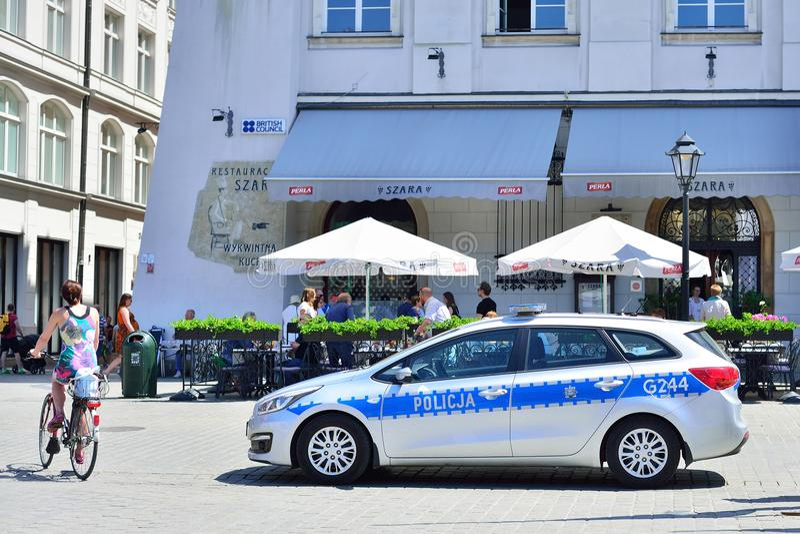 KRAKAU, POLEN - JUNI, 2017: Patrouillepolitiewagen in Krakau Squ stock fotografie
