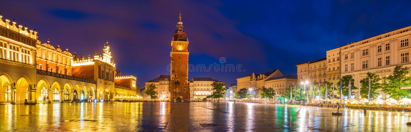 Krakau, Polen-Juni 2018: Sukiennice 's nachts, Hoofdmarktvierkant royalty-vrije stock afbeelding