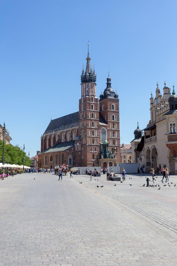 KRAKAU, POLEN - 9. JUNI 2018 Touristen nahe St- Mary` s Basilika im Hauptplatz von Krakau in Polen lizenzfreies stockfoto