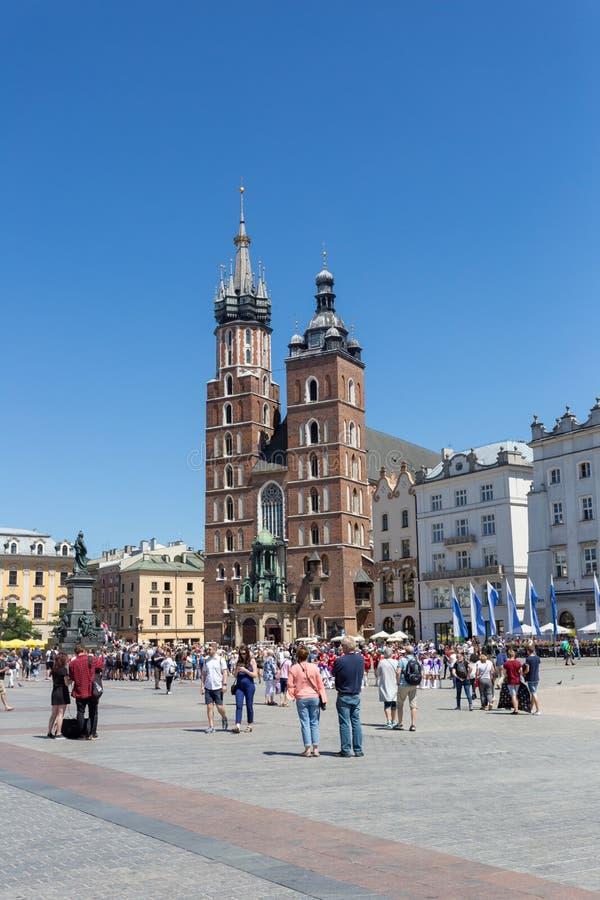 KRAKAU, POLEN - 9. JUNI 2018 Touristen nahe St- Mary` s Basilika im Hauptplatz von Krakau in Polen stockbilder