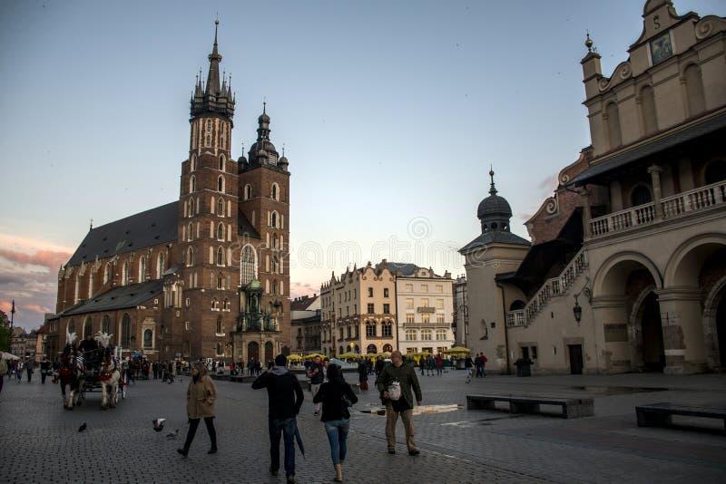 10 05 Krakau 2015 Polen - Kirche St Mary und Stoff-Hall-Hauptmarktplatzstadt lizenzfreies stockfoto