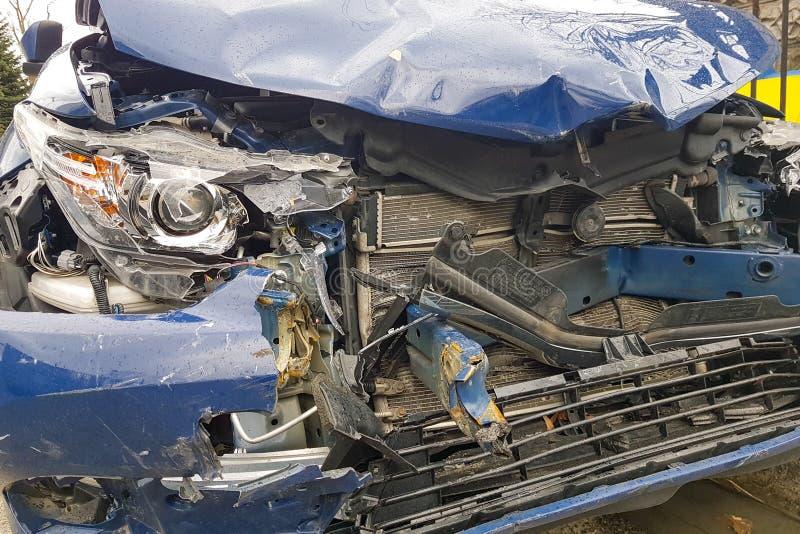 KRAKAU, POLEN - 10. MÄRZ 2019 Auto nach einem Unfall, einem defekten Stoßdämpfer und der Front des Autos stockfotografie