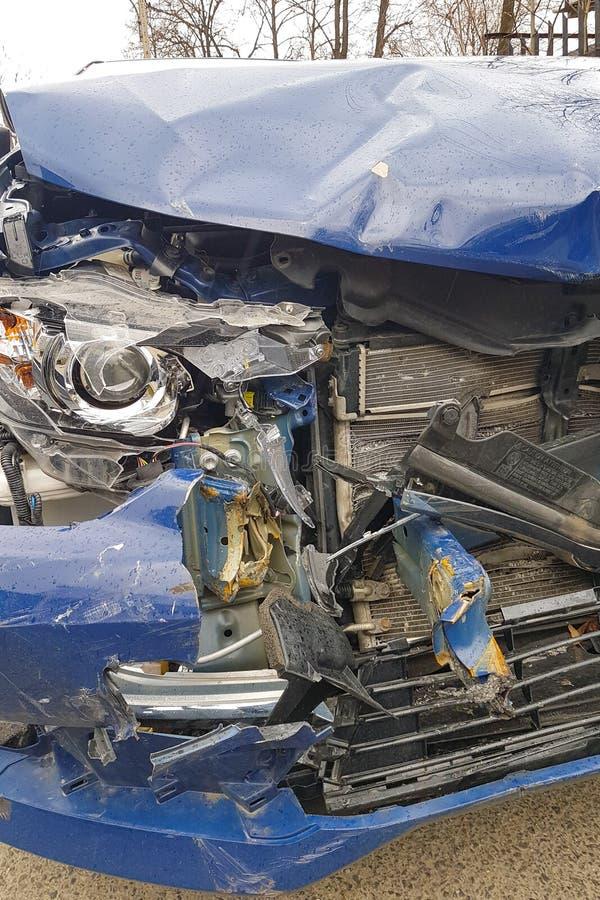 KRAKAU, POLEN - 10. MÄRZ 2019 Auto nach einem Unfall, einem defekten Stoßdämpfer und der Front des Autos lizenzfreie stockbilder