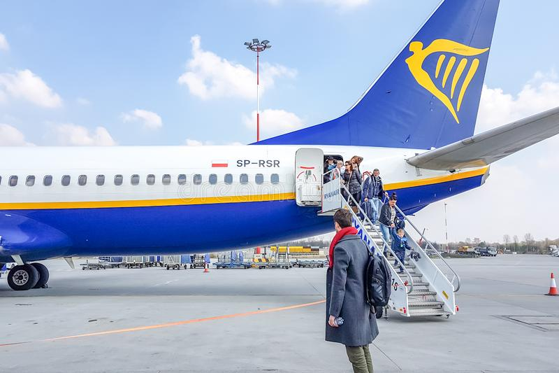 KRAKAU, POLEN - 10 MAART, 2019 Passagiers krijgt uit de vliegtuigen Rainer royalty-vrije stock afbeeldingen