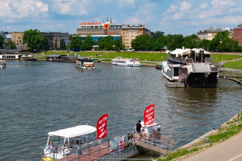 Krakau, Polen, 10 Mei 2019 - Schilderachtig landschap op kustrivier Wisla met boten, Krakau, Polen stock afbeeldingen