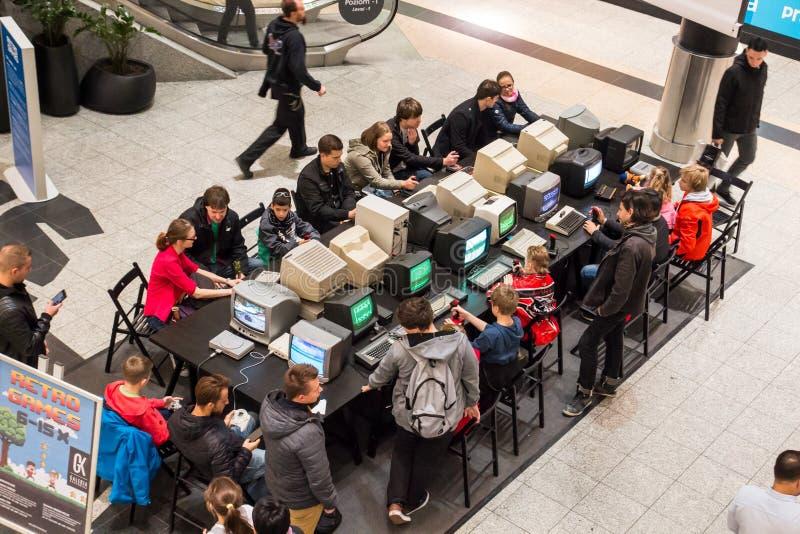 KRAKAU, POLEN, 13 Oktober, 2017 Vele mensen speelt voor oude comput stock fotografie