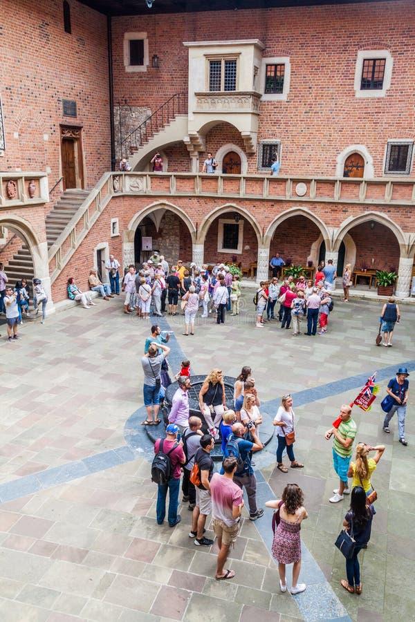 KRAKAU, POLEN - SEPTEMBER 3, 2016: De mensen bezoeken Grote de Universiteitsbinnenplaats van Collegiummaius van de Jagellonian-Un royalty-vrije stock foto's