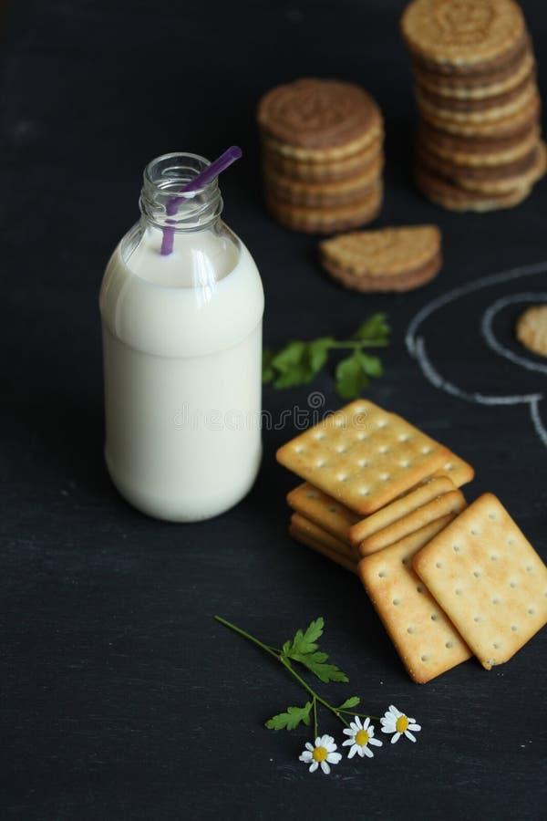Krakers i butelka mleko na pokładzie fotografia stock