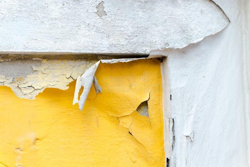 Krakingowa żółta farba koloru betonowa ściana, tekstury tło zdjęcie stock
