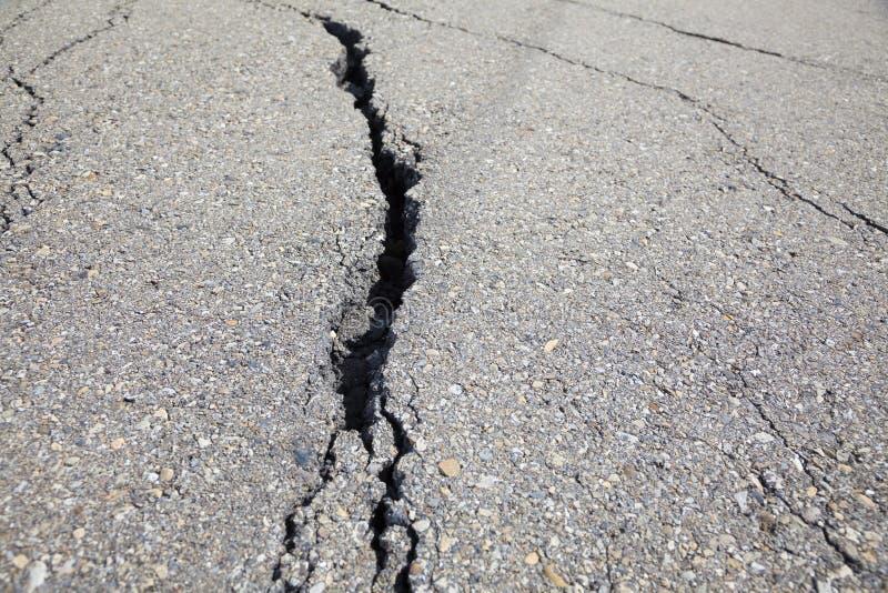 Krakingowa droga na asfaltu zakończeniu up zdjęcie stock
