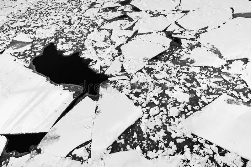 Krakingowa lodowa tekstura na zamarzniętej rzece Zima krajobraz z stapianiem lodowy floe Naturalnej wiosny tło zdjęcia royalty free