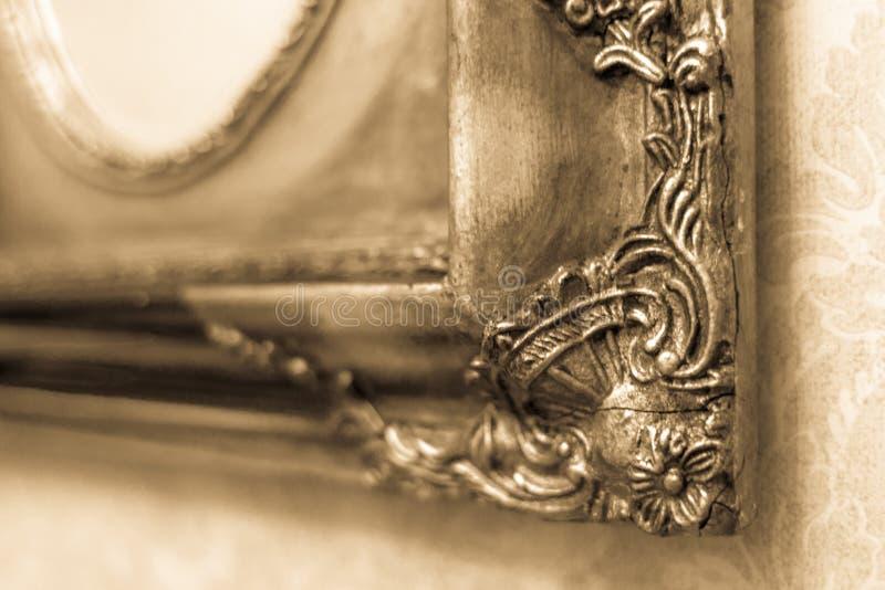 Krakingowa pozłocista rama w sepiowym obrazy stock