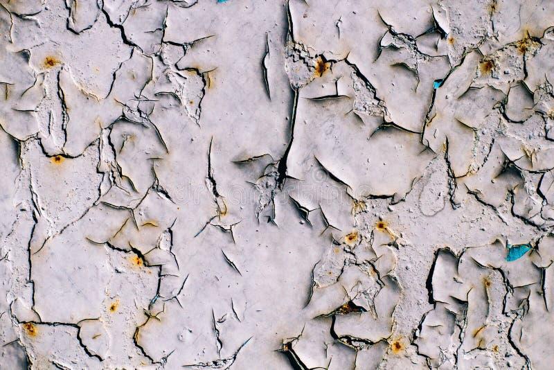 Krakingowe szarość malują na starej kruszcowej powierzchni, rdzewiejąca szarość malująca metal ściana, prześcieradło ośniedziały  obraz royalty free