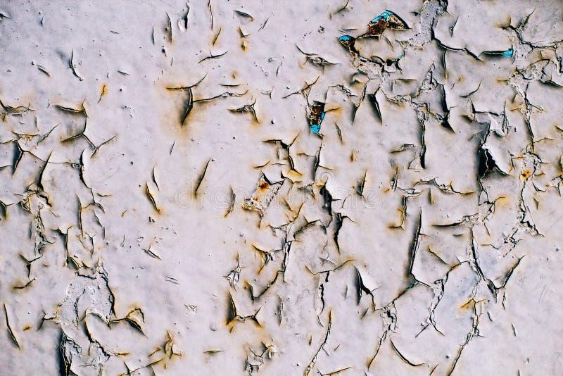 Krakingowe szarość malują na starej kruszcowej powierzchni, rdzewiejąca szarość malująca metal ściana, prześcieradło ośniedziały  fotografia stock