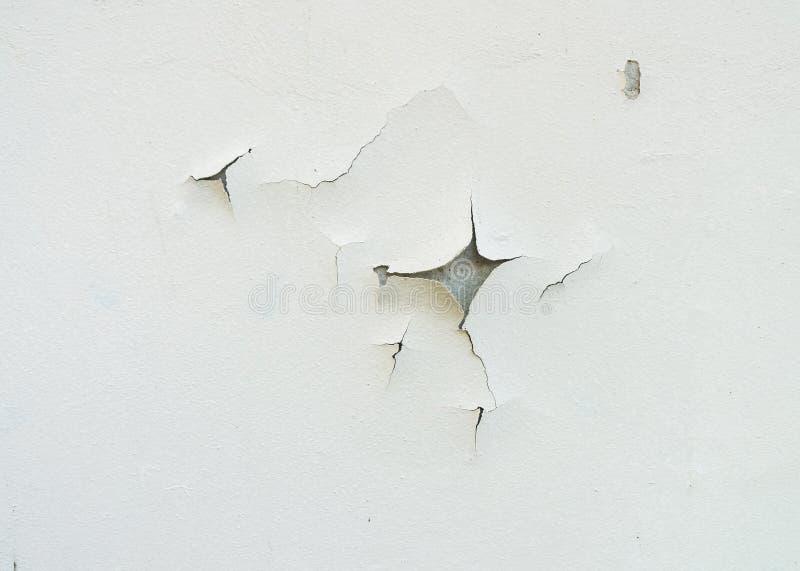 Krakingowy i starzejący się biel ściany fasadowy tło lub tekstura fotografia stock