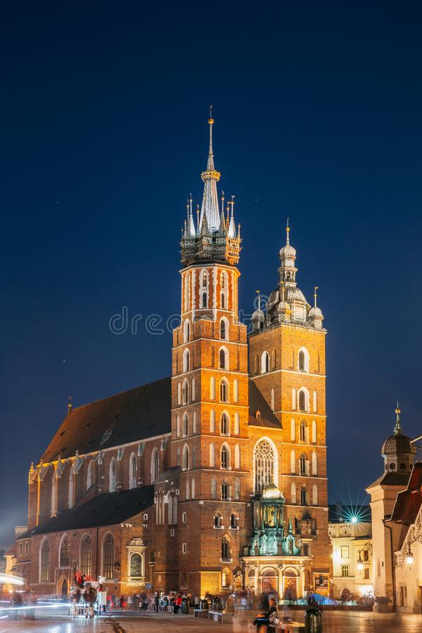 krakow Польша Выравнивать взгляд ночи базилики и Cl St Mary стоковые фотографии rf