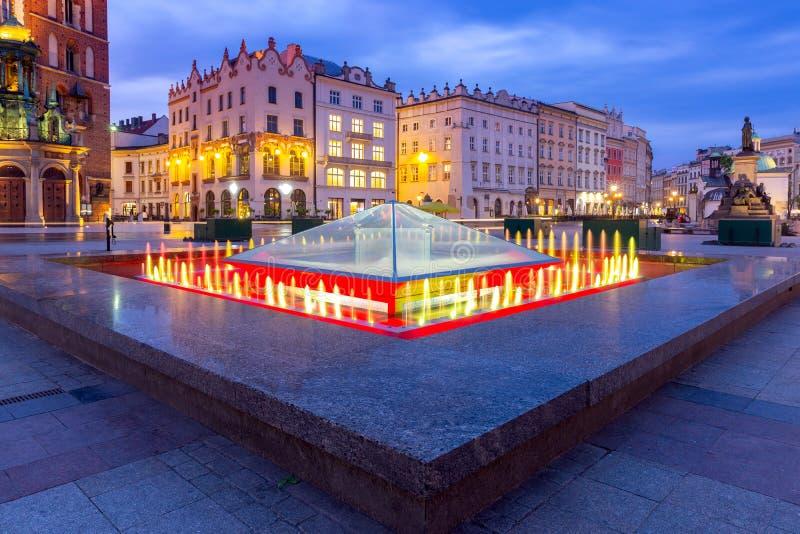 krakow Рыночная площадь в светах ночи на восходе солнца стоковые фотографии rf