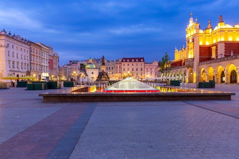 krakow Рыночная площадь в светах ночи на восходе солнца стоковые изображения rf