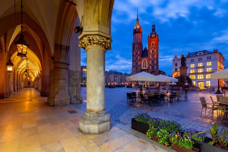Krakow All'alba la chiesa e la piazza del mercato di Santa Maria immagini stock