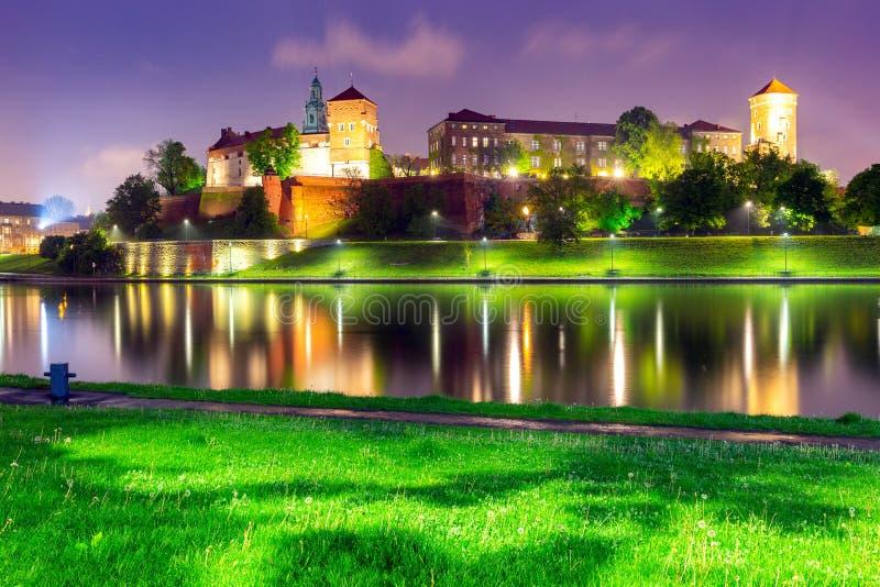 krakow Fasaden av den berömda Wawel slotten i nattbelysning arkivbilder