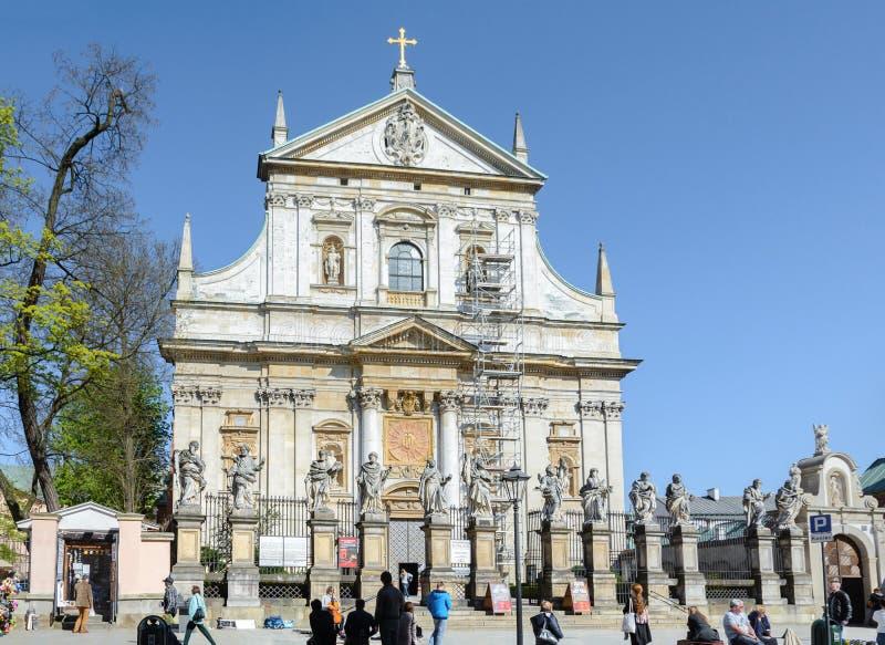 krakow I den lägre delen av fasaden av domkyrkan av helgon Peter och Paul finns det 4 statyer av de mest berömda jesuierna, royaltyfri bild
