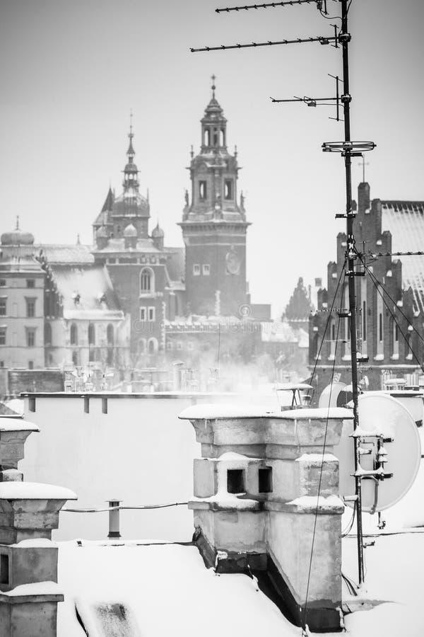 Krakow no tempo do Natal, vista aérea em telhados nevados na parte central da cidade Castelo de Wawel e a catedral Foto do BW pol imagens de stock royalty free