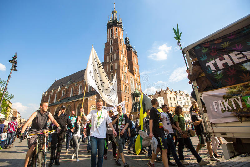 KRAKOW - participantes do março para a libertação do cannabis fotografia de stock
