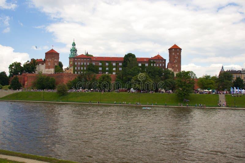 Krakow, Polônia - 1º de junho de 2019 castelo de Wawel Vista da área exterior perto do rio imagens de stock royalty free